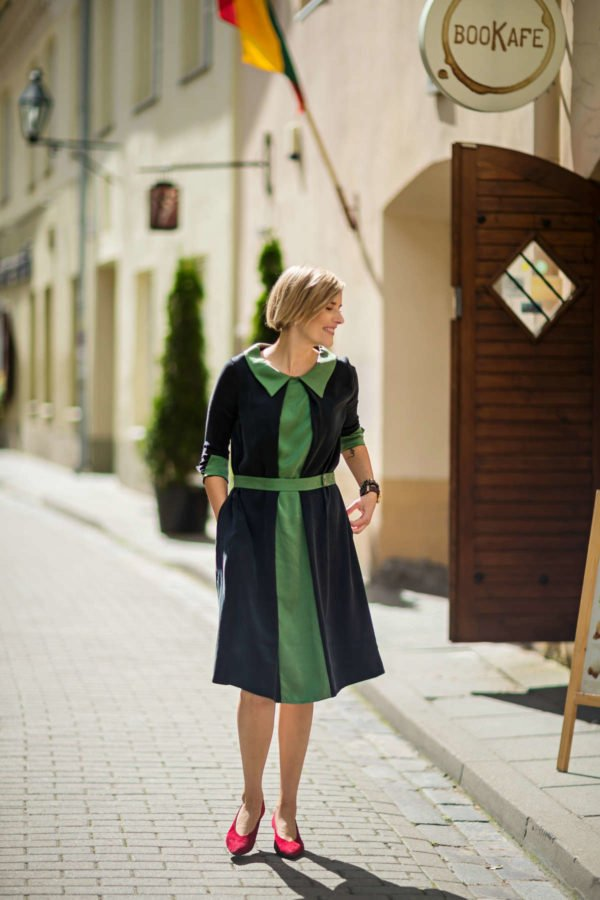 Stilinga dalykinė suknelė tampsiai pilkos spalvos su žaliu akcentu - Tauri Look