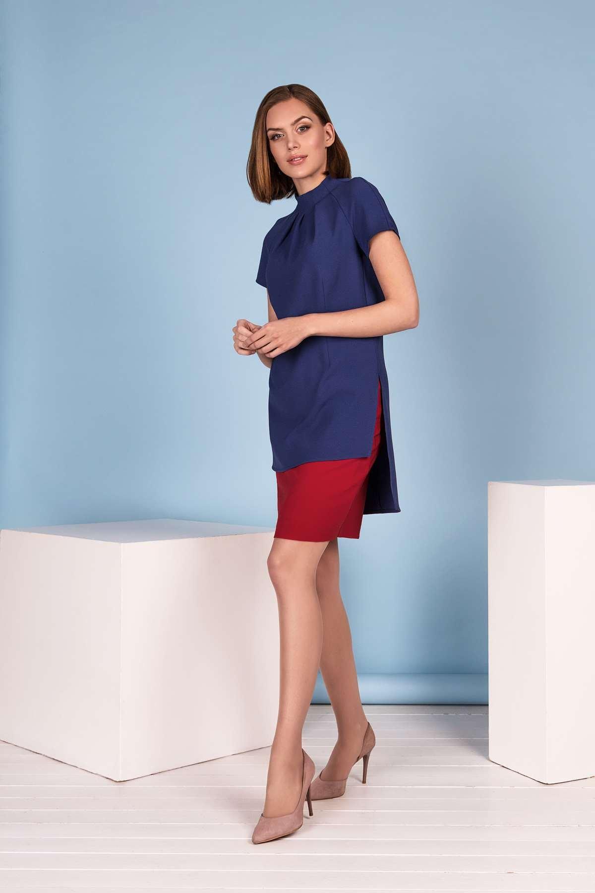 Ilga stilinga mėlyna palaidinė prie raudono sijono