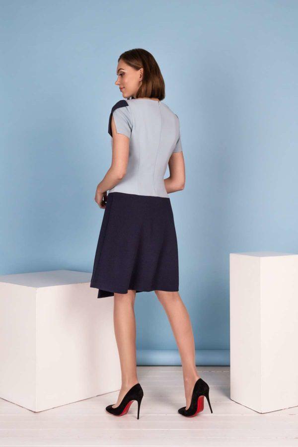 Mėlyna suknelė trumpomis rankovėmis