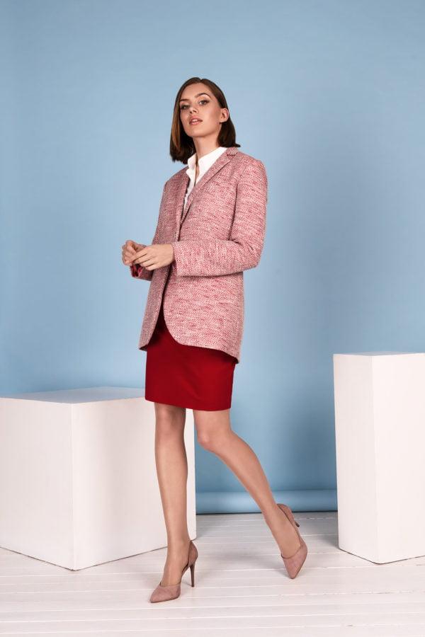 Rožinis švarkas su raudonu kostiumėliu