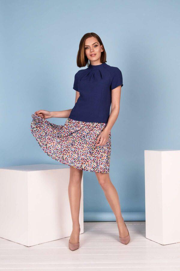 Trumpa stilinga mėlyna palaidinė su plasdančiu sijonu