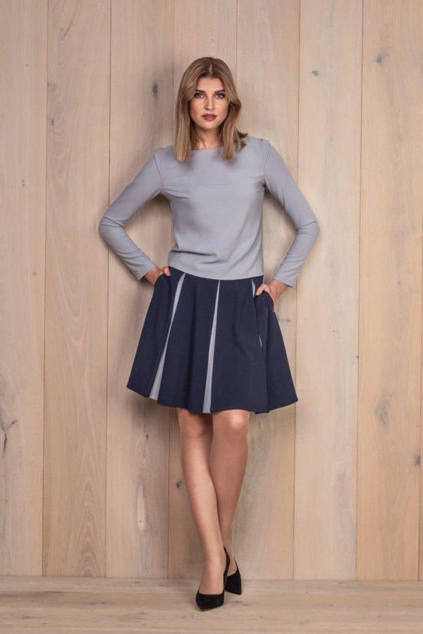 Mėlynas platėjantis sijonas su palaidine ilgomis rankovėmis