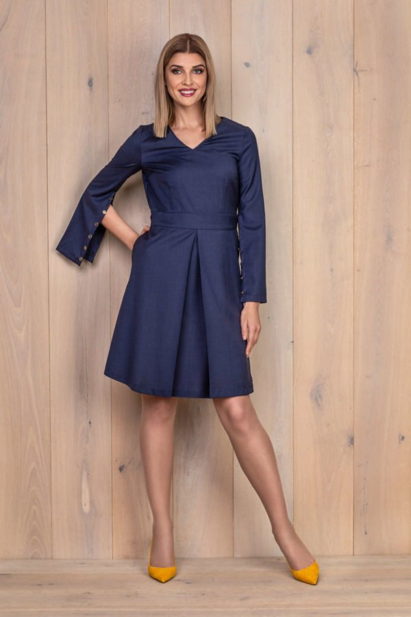 Tamsiai mėlyna suknelė iš vilnos su atsegamomis rankovėmis