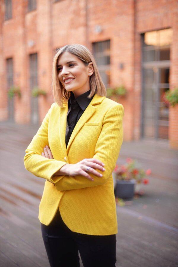 Geltonas moteriškas švarkas ir juodi marškiniai - Tauri Look