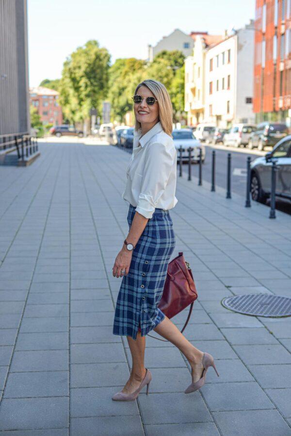 Languotas sijonas internetu - mėlynas sijonas pieštuko formos - balti marškinėliai - Tauri Look
