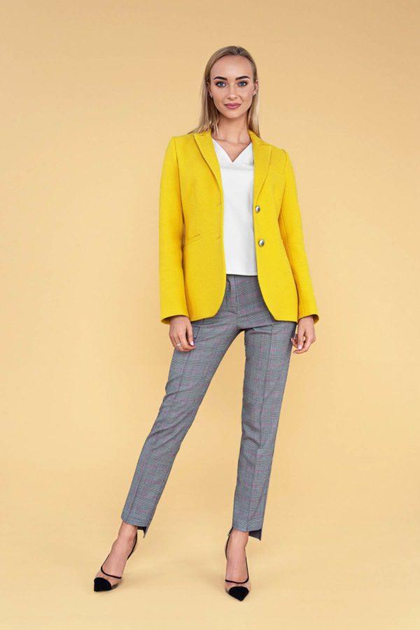 Ryškiai geltonas švarkas ir siauros languotos kelnės su balta palaidine