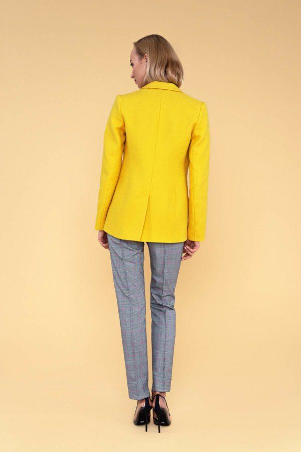 Siauros languotos kelnės ir geltonas moteriškas švarkas internetu