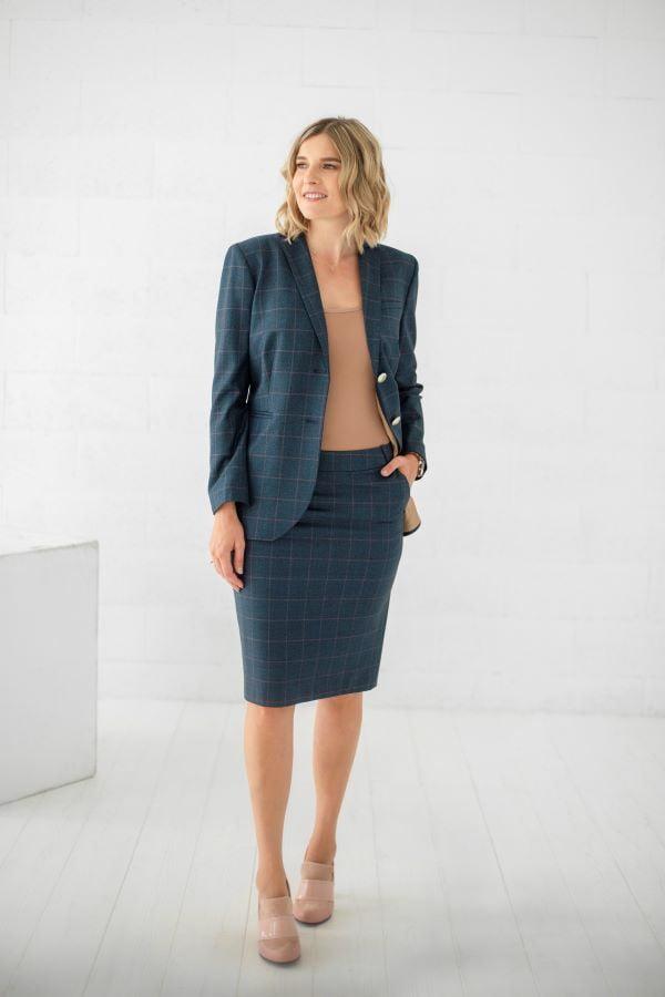 Klasikinis kostiumėlis su sijonu kelnėmis