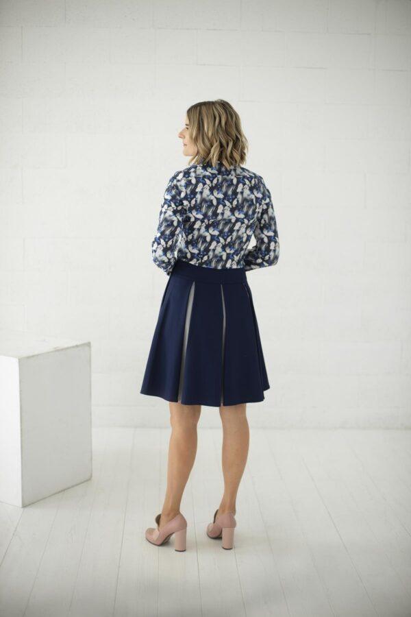 Klostuotas sijonas internetu iš tamsiai melyno audinio - tauri look