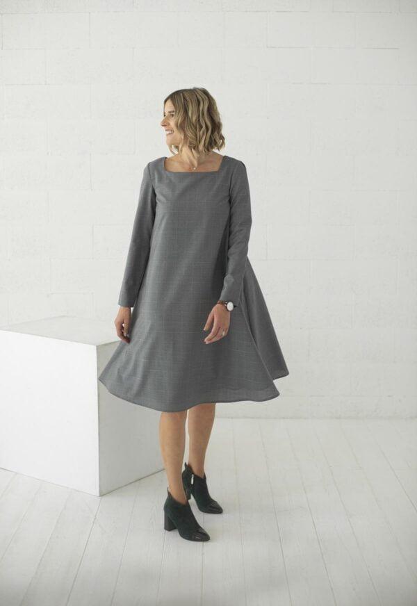 Lietuvių kūrėjų pilka plazdanti suknelė