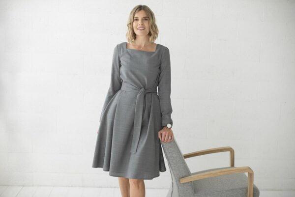 Pilka suknelė ilgomis rankovėmis madinga iškirpte