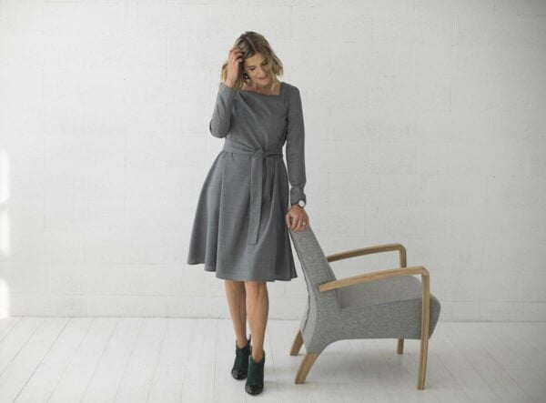 Pilka suknelė sujuosiama dirželiu internetu