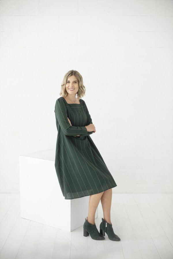 Žalia laisvai krentanti suknelė ilgomis rankovėmis