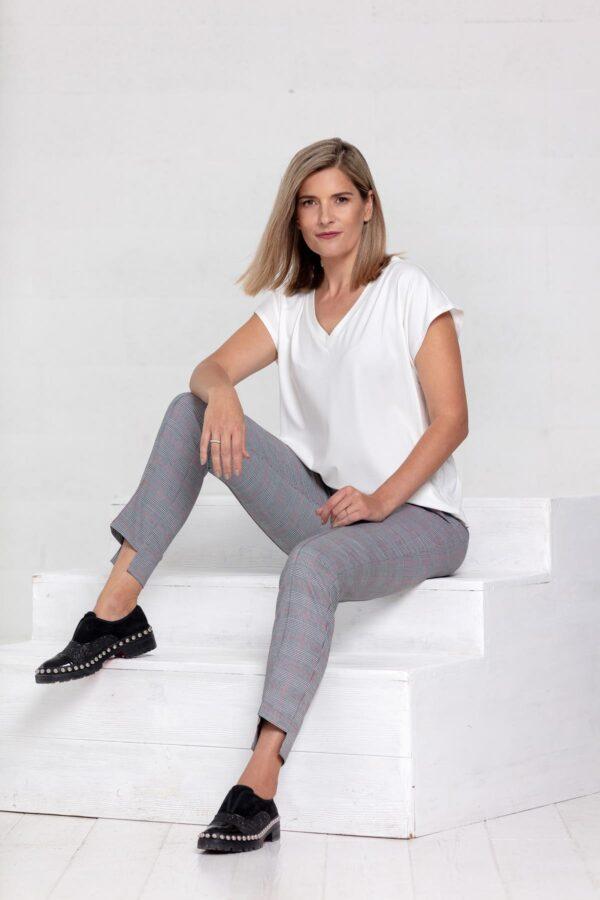 Balti marškinėliai trumpomis rankovėmis ir pilkos kelnės - tauri look