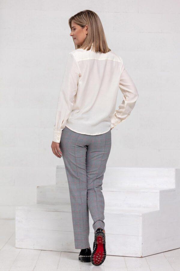 Balti marškiniai ir pilkos kelnės - Tauri Look